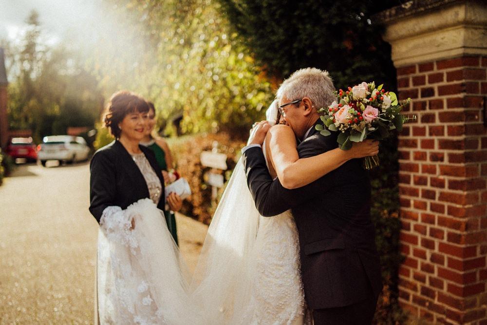 Brautvater sieht seine Tochter zum ersten Mal im Brautkleid.