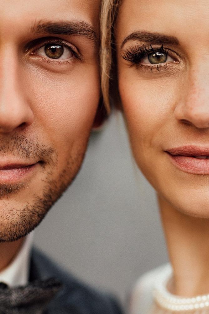 CloseUp Portrait von zwei Gesichtshälften. Braut und Bräutigam.