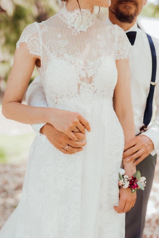 Detailaufnahme von einem wunderschönen filigranen Brautkleid aus Spitze. Entstanden während dem Brautpaarshooting in der Natur.