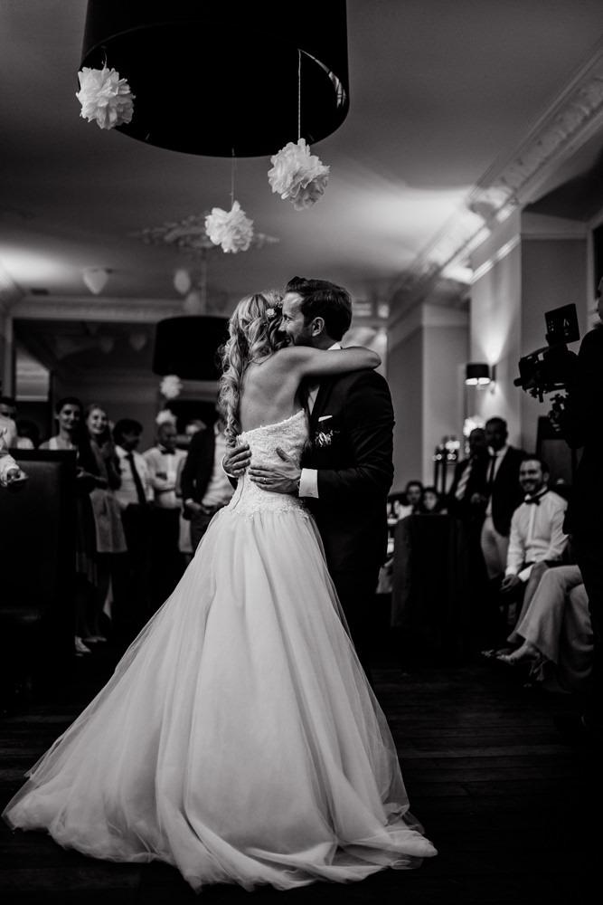 Bräutigam und Braut / Brautpaar beim Hochzeitstanz auf ihrer Hochzeitsfeier.